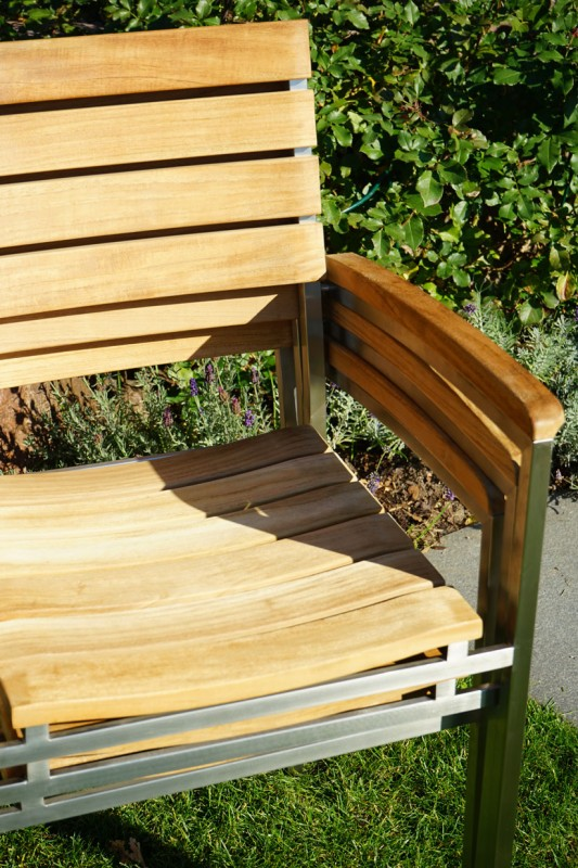 Ploss Gartenmöbel Stapelstuhl Brooklyn Teakholz Edelstahlgestell mit Armlehne  56 x 58 x 83 cm