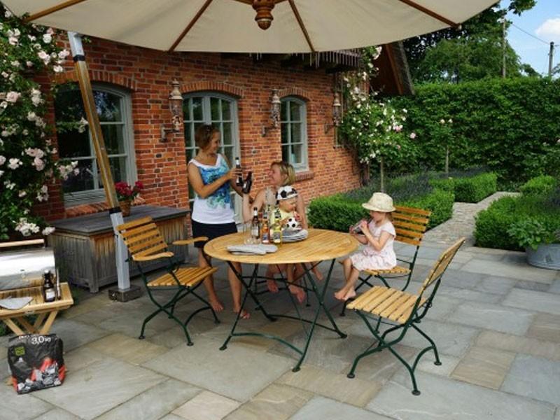 Ploss Gartenmöbel Klapptisch Verona aus Teakholz und Eisengestell  110 x 75 cm  rund
