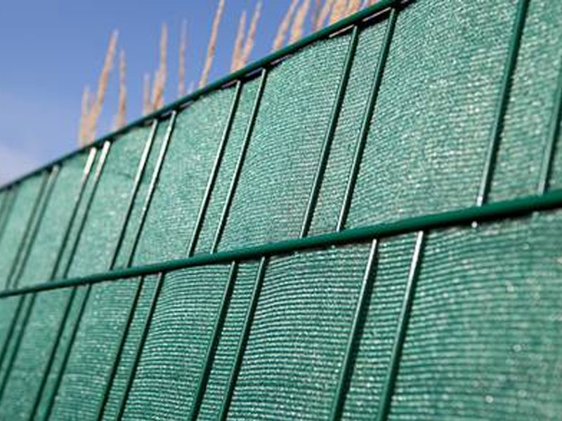 Doppelstabgitterzaun Sichtschutzstreifen Folie zaun-tex (L: 700 cm x B: 19cm) - moosgrün