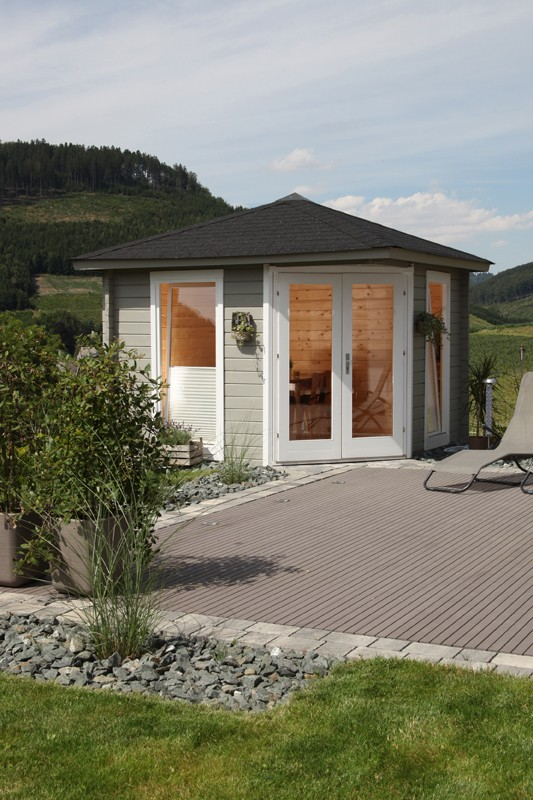 Wolff Finnhaus Holz-Gartenhaus Katrin 58 mm A - 5-Eck-Holz-Gartenhaus mit grünen  Holz-Gartenhaus Dachschindeln und schwarze Dachhaube
