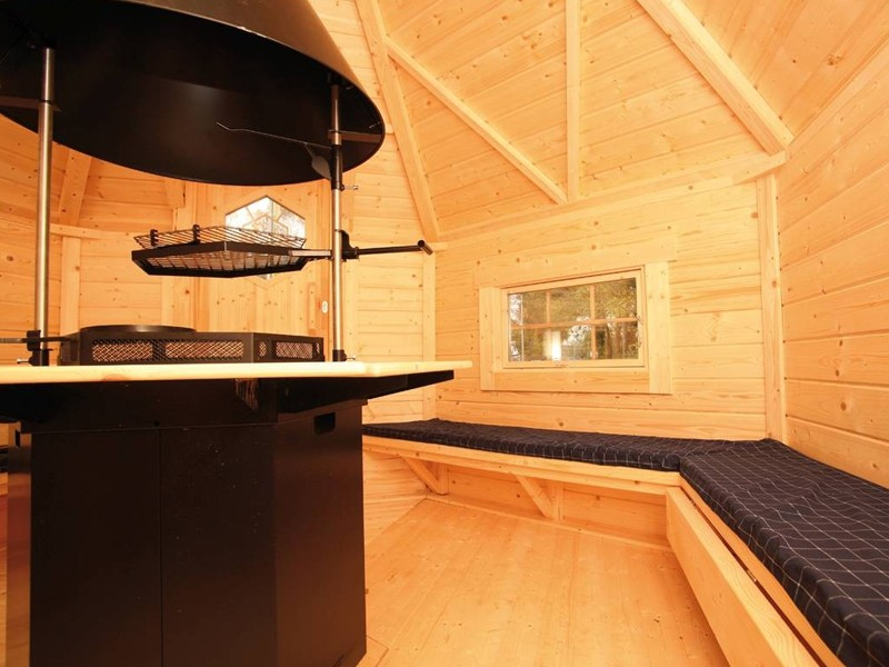 Wolff Finnhaus Grillkota 9 de luxe inkl. Lapplandpaket, 5 Rentierfelle, rote Dachschindeln - 376x325,6 cm
